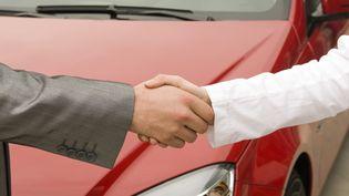 Soyez prudent en matière d'achat de voitures d'occasion. Surtout pas d'espèces et attention à la carte grise. (1001NIGHTS / E+ / GETTY IMAGES)