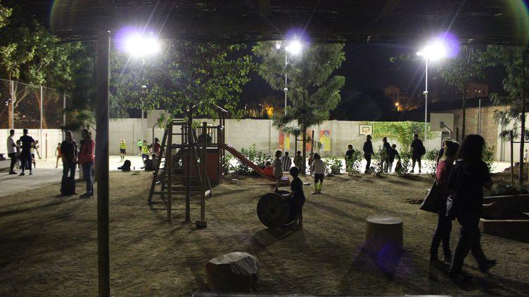 Dans la cour de l'école Dels Encants de Barcelone (Catalogne, Espagne), dans la soirée du vendredi 29 septembre 2017. (ROBIN PRUDENT / FRANCEINFO)