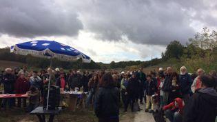 Des dizaines de personnes se sont réunis sur le site du barrage pour lui rendre hommage. (STEPHANE COMPAN / FRANCE 3 OCCITANIE)