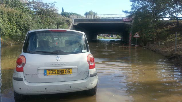 (Un pont inondé à Mandelieu-La Napoule, dimanche après-midi © Radio France - Benjamin Chauvin)