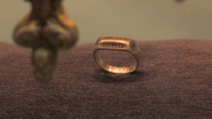 Bague gravée qui aurait appartenu à Jeanne d'Arc (France 3 Normandie)