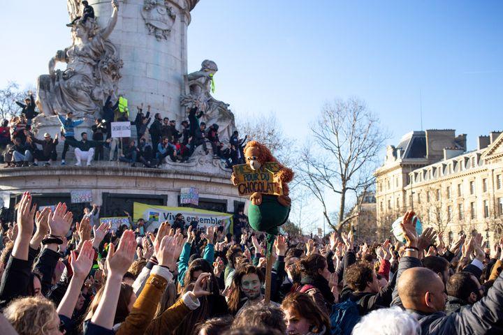 """Des milliers de personnes ont défilé dans les rues de Paris pour la """"Marche du siècle"""" pour le climat, le 16 mars 2019. (JULIETTE AVICE / HANS LUCAS / AFP)"""
