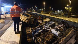 Des dizaines de carcasses de voitures et de palettes ont été incendiées par certaines personnes de la communauté des gens du voyage mardi 20 octobre, à Moirans (Isère). (PHILIPPE DESMAZES / AFP)
