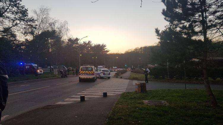 Des pompiers et policiers à Boussy-Saint-Antoine (Essonne), à proximité du lieu où un jeune garçon de 14 ans a été tué dans un affrontement entre deux bandes, le 23 février 2021. (MAXPPP)