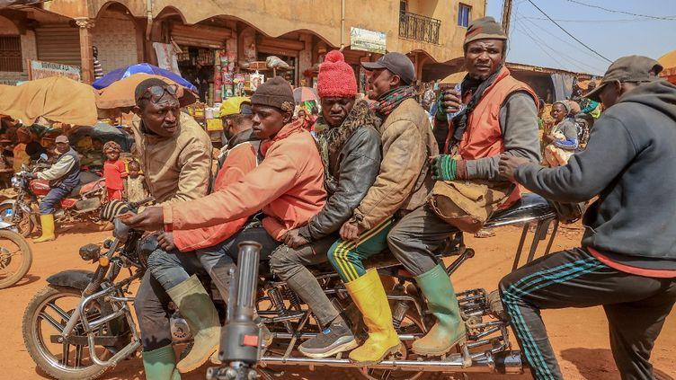 Emmanuel Wembe, l'inventeur de cette moto hors normes, fait une démonstration dans les rues de Bafoussam, au Cameroun, le 3 avril 2021. (DANIEL BELOUMOU OLOMO / AFP)