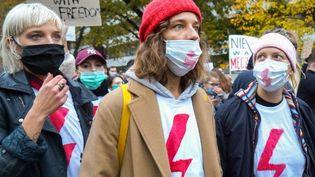 Des femmes participent à une manifestation contre le durcissement de la loi polonaise sur l'avortement, déjà restrictive, le 28 octobre 2020 à Varsovie.  (JANEK SKARZYNSKI / AFP)