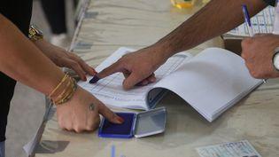 Des électeurs irakiens ont voté dans un bureau de vote lors des élections législatives anticipées du pays, le 10 octobre 2021. (FARIQ FARAJ MAHMOOD / ANADOLU AGENCY)