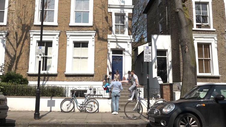 Les quatre jeunes expatriés français devant leur logement dans le nord de Londres, le 11 avril 2020 (JEAN-ANDRE GIANNECCHINI / RADIO FRANCE)
