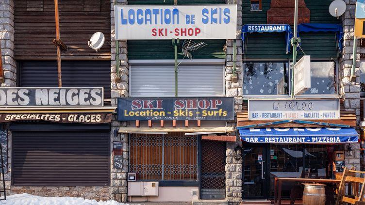 Les boutiques fermées de la station de ski de Saint-Lary, dans les Pyrénées, le 18 décembre 2020. (JEAN-MARC BARR?RE / HANS LUCAS)