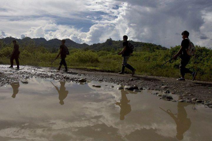 Des membres de la milice armée desRonderos patrouillent dans la jungle à la recherche de soldats du Sentier lumineux, près de Llochega, au centre-sud du pays du Pérou. (ERNESTO BENAVIDES / AFP)