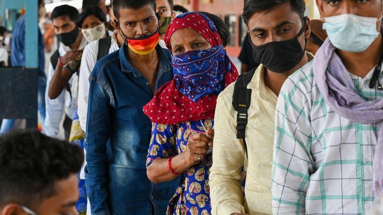 Une file d'attente pour passer un test de dépistage du Covid-19 à Bombay, en Inde, le 14 avril 2021. (PUNIT PARANJPE / AFP)