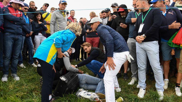 Le golfeur Brooks Koepka vient prendre des nouvelles de la spectatrice blessée lors de la Ryder Cup, à Saint-Quentin-en-Yvelines, le 28 septembre 2018. (FRANCK FIFE / AFP)