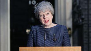 La Première ministre britannique Theresa May, le 18 avril 2017, devant sa résidence du 10, Downing Street à Londres (Royaume-Uni). (DANIEL LEAL-OLIVAS / AFP)