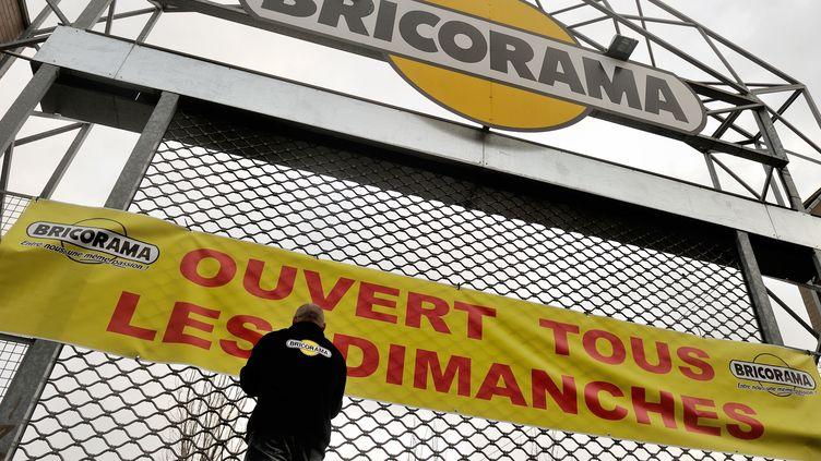 Un employé de la chaîne Bricorama installe une bannière sur un magasin de Lille (Nord), le 3 janvier 2014. (PHILIPPE HUGUEN / AFP)