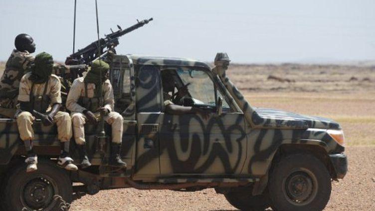 Une patrouille de l'armée nigérienne sur la route entre Agadez et Arlit (AFP PHOTO / ISSOUF SANOGO)