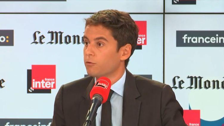 """Le secrétaire d'État Gabriel Attal était l'invité de """"Questions Politiques"""" sur franceinfo et France Inter, dimanche 22 septembre. (RADIO FRANCE)"""