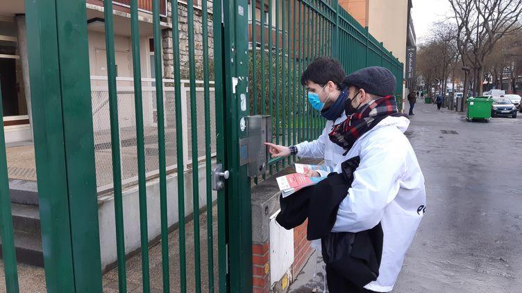La mairie de Paris mobilise des équipes pour informer les riverains sur la vaccination contre le Covid-19. (JEROME JADOT / RADIO FRANCE)