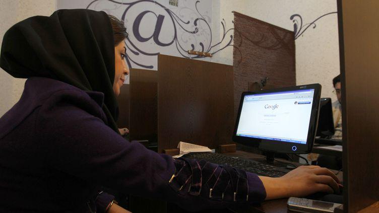 Une Iranienne dans un cyber café, à Téhéran, la capitale de l'Iran, le 24 janvier 2011. (ATTA KENARE / AFP)