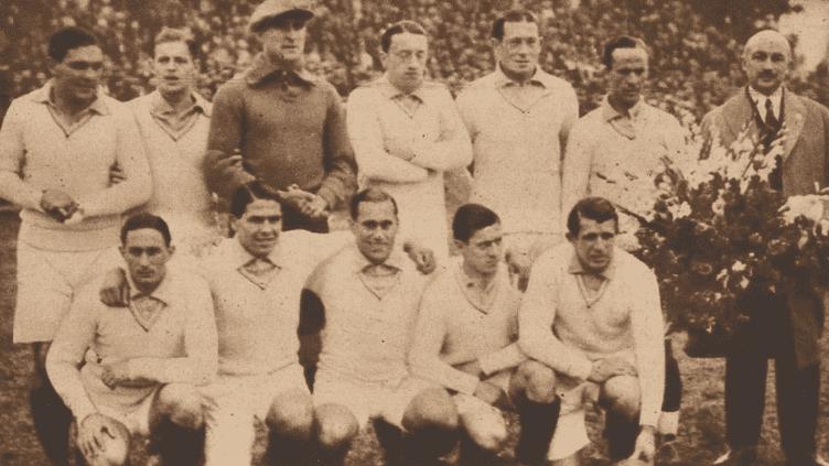 L'équipe de Francequi s'apprête à affronter l'Argentine, le 15 juillet au Estadio GranParque Central de Montevideo (Uruguay), lors dela 1re édition de la Coupe du monde en 1930. (LE MIROIR DES SPORTS / GALLICA)