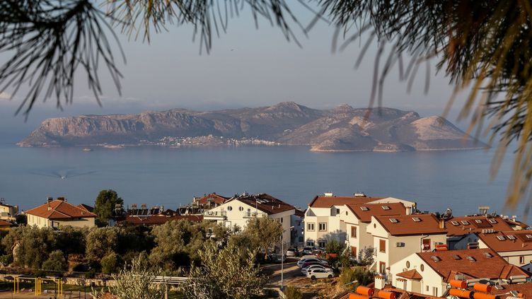L'île grecque de Kastellorizo, photographiée depuis les côtes turques, à Kas, mardi 1er septembre 2020. (ORHAN CICEK / ANADOLU AGENCY / AFP)