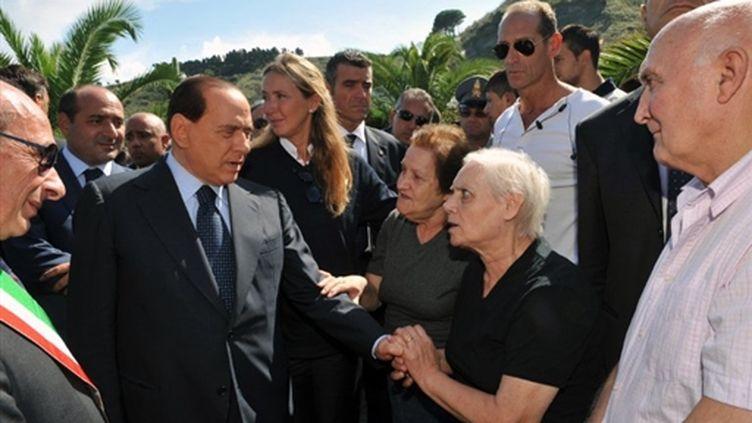 Le chef du gouvernement italien Silvio Berlusconi, après la catastrophe de Messine, le 04 octobre 2009 (© AFP/LIVIO ANTICOLI)