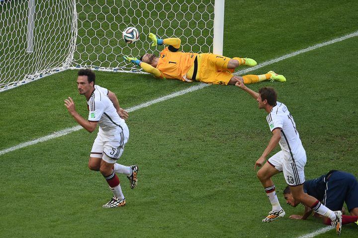 L'Allemagne ouvre le score face à la France, lors des quarts de finale de la Coupe du monde, à Rio de Janeiro (Brésil), le 4 juillet 2014. (CHRISTOPHE SIMON / AFP)