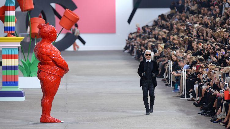 Karl Lagerfeld au final du show Chanel printemps-été 2014, dans une galerie d'art reconstituée  (GettyImages)