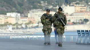 Des militaires français sur la promenade des Anglais à Nice (Alpes-Maritimes), le 22 mars 2017. (YANN COATSALIOU / AFP)