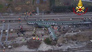 Des images tournées par des pompiers italiens montrent les lieux du déraillement d'un train, jeudi 25 janvier 2018, à Segrate, près de Milan, dans le nord de l'Italie. (VIGILI DEL FUOCO / AFP)