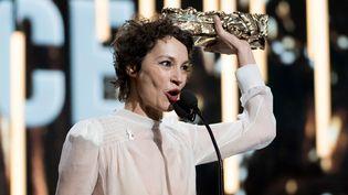 La chanteuse Jeanne Balibar reçoit le César de la meilleure actrice, le 3 mars 2018 à Paris. (VILLARD / NIVIERE / SIPA)