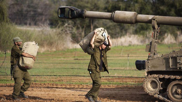 Des soldats réservistes israéliens quittent la frontière entre Israël et la bande de Gaza, le 22 novembre 2012, après l'entrée en vigueur du cessez-le-feu. (MENAHEM KAHANA / AFP)