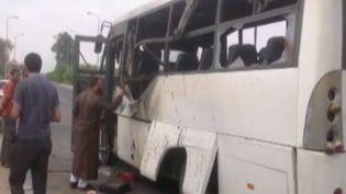 Un bus transportant des ouvriers, visé par une attaque à la rouette, le 15 juillet 2013 à Al-Arish, dans le Sinaï, en Egypte. ( REUTERS)