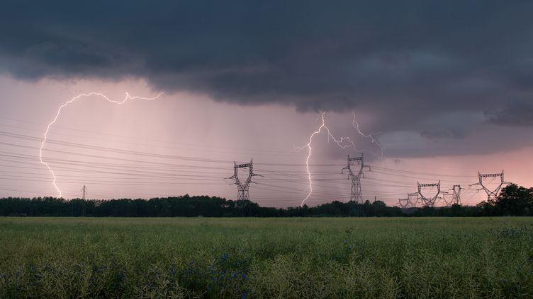 Des éclairs tombent sur Bayet, dans l'Allier, le 1er décembre 2016. Ce département a été placé en vigilance orange par Météo-France le 30 août 2017, comme 18 autres. (XAVIER DELORME / BIOSPHOTO / AFP)