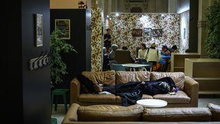 Une femme à la rue est hébergée dans un centre à Paris, le 14 décembre 2018. (MAXPPP)