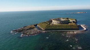 Patrimoine : une centaine de bénévoles tentent de rénover l'île du large de Saint-Marcouf dans la Manche. (FRANCE 2)