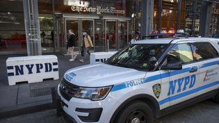 """Une voiture de police devant les bureaux du """"New York Times"""", le 25 octobre 2018, à New York (Etats-Unis). (DREW ANGERER / GETTY IMAGES NORTH AMERICA / AFP)"""