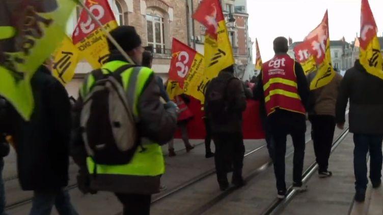 À Orléans (Loiret) les manifestants étaient nombreux mardi 10 décembre à protester contre la réforme des retraites. Les syndicats appellent à un nouveau rassemblement jeudi. (france 3)
