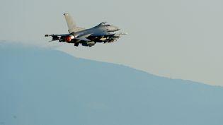 Un avion américain s'envole pour un raid en Syrie, le 9 août 2015. (A1C DEANA HEITZMAN / US AIR FORCE / AFP)