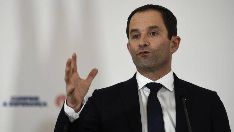 Le candidat du PS à la présidentielle, Benoît Hamon, lors d'une conférence de presse à Lisbonne (Portugal), le 18 février 2017. (FRANCISCO LEONG / AFP)