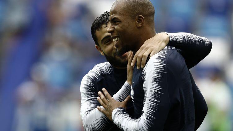 Nabil Fekir et Djibril Sidibe se congratulent, le 6 juillet 2018 au stade de Nijni Novgorod, lors du quart de finale de Coupe du monde Uruguay-France en Russie. (MEHDI TAAMALLAH / NURPHOTO)
