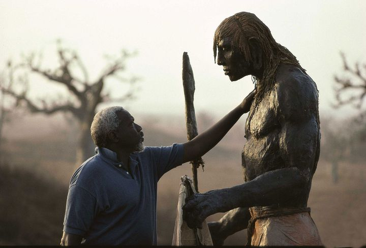 """Ousmane Sow et son """"Guerrier debout"""", série """"Masaï""""  (Béatrice Soulé / Roger Viollet / ADAGP)"""