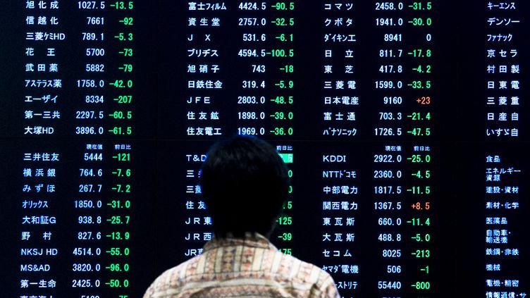 L'évolution des indices cotés à la Bourse de Tokyo (Japon), le 29 juin 2015. (THOMAS PETER / REUTERS)