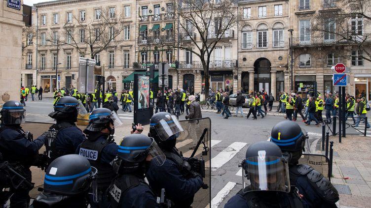 """Des policiers face à des """"gilets jaunes"""" qui manifestent à Bordeaux le 12 janvier 2019. (MAXPPP)"""