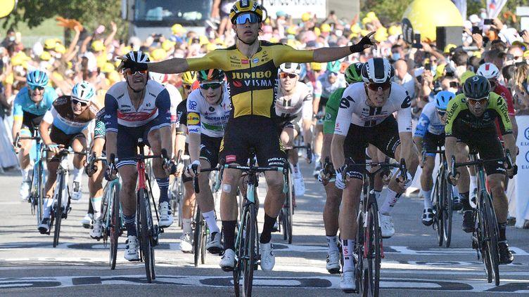 Wout Van Aert rapporte une deuxième victoire d'étape de suite à son équipe Jumbo-Visma, lors de son succès à Privas sur la 5e étape du Tour de France 2020 (ANNE-CHRISTINE POUJOULAT / AFP)