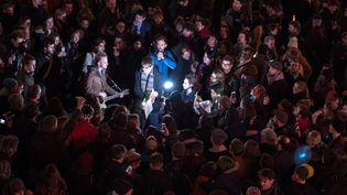 Hommage le soir du 11 janvier à David Bowie devant le cinéma Ritzy dans le sud de Londres.  (CHRIS RATCLIFFE / AFP)