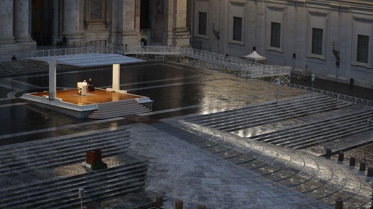 """Le pape François prononce la traditionnelle bénédiction """"Urbi et Orbi"""" devant une place Saint-Pierre totalement vide à cause de la pandémie de coronavirus, vendredi 27 mars 2020. (AFP)"""