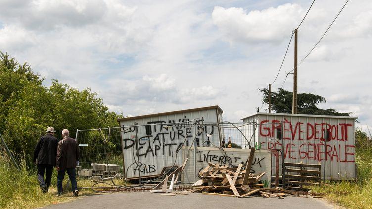 Des grévistes bloquent la raffinerie de Donges (Loire-Atlantique), le 24 mai 2016. (MAXPPP.)