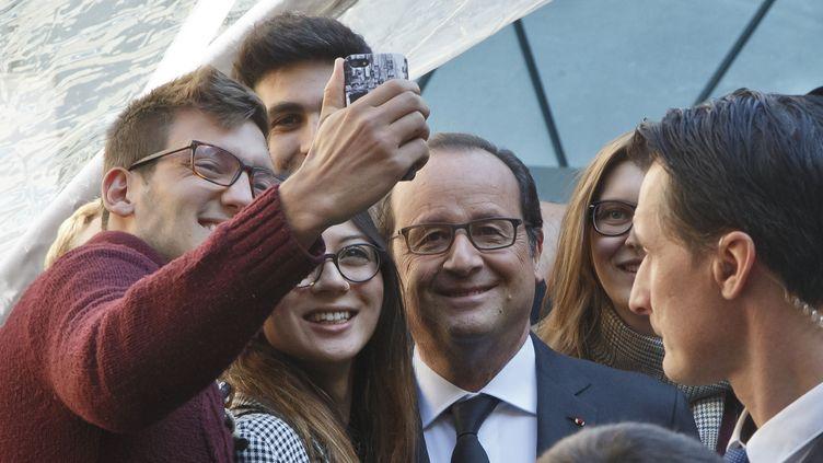 François Hollande pose avec des étudiants à Paris le 30 septembre 2015.  (REUTERS)
