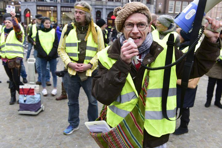 """Des """"gilets jaunes"""" manifestent à Rotterdam, aux Pays-Bas, le 15 décembre 2018. (EVERT ELZINGA / ANP / AFP)"""