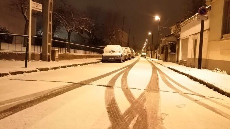 Une rue de Rueil-Malmaison (Hauts-de-Seine) recouverte de neige, mercredi 10 février au matin. (SYLVIE JOHNSSON / RADIOFRANCE)